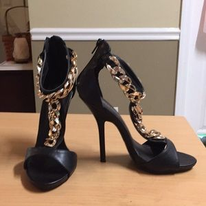 Wild Diva Black Stilettos Gold Chain T Strap 8.5